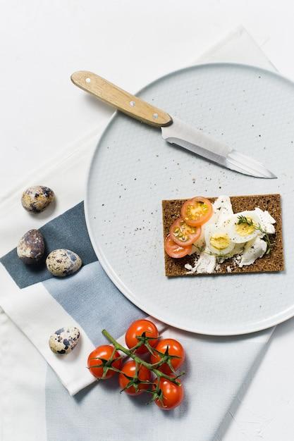 Toast Z Jajkiem Przepiórczym. Premium Zdjęcia
