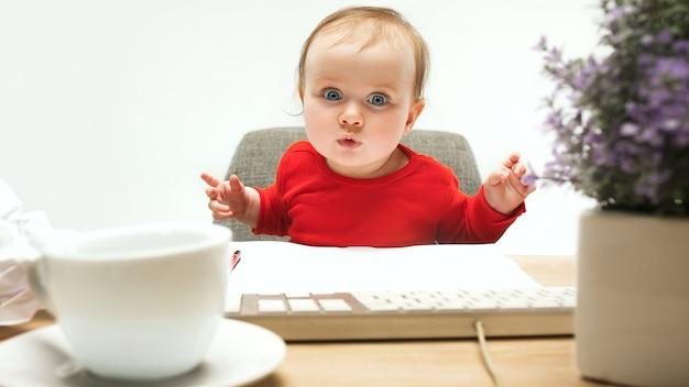 Toddler Dziewczynka Szczęśliwy Dziecko Siedzi Z Klawiaturą Komputera Na Białym Tle Darmowe Zdjęcia