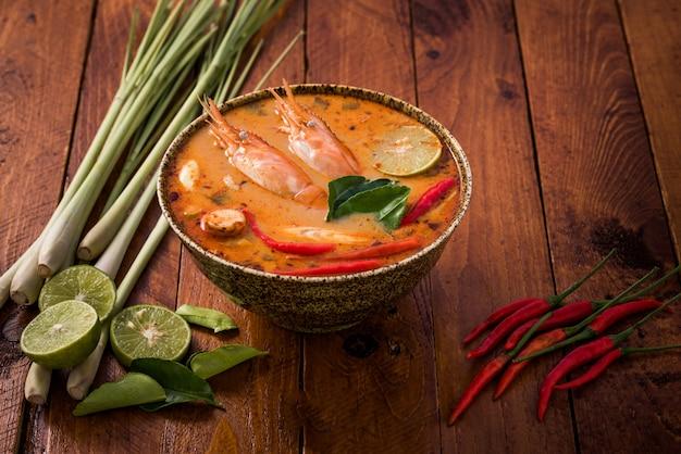 Tom Yum Goong, Tajskie Tradycyjne Jedzenie Premium Zdjęcia
