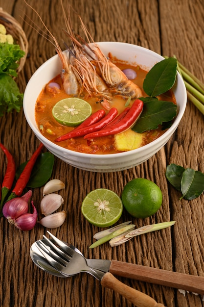 Tom Yum Kung Tajskie Gorące Pikantne Zupy Krewetkowe Z Trawą Cytrynową, Cytryną, Galangą I Chili Na Drewnianym Stole, Tajlandia Jedzenie Darmowe Zdjęcia