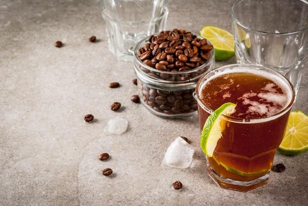 Tonik Espresso, Letni Napój Orzeźwiający Z Tonikiem, Limonką I Kawą, Szary Stół Z Kamienia, Miejsce Premium Zdjęcia