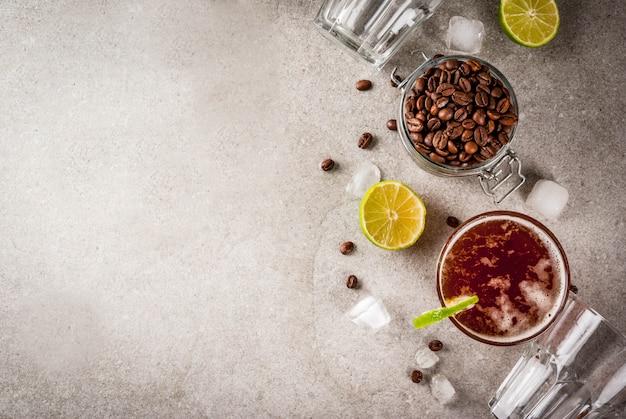 Tonik Espresso, Letni Napój Orzeźwiający Z Tonikiem, Wapnem I Kawą, Szary Stół Z Kamienia, Widok Z Góry Miejsca Kopiowania Premium Zdjęcia