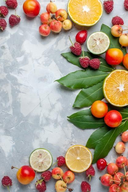 Top Daleki Widok Cytryny I Wiśnie świeże Owoce Na Jasnobiałym Biurku Owoce świeże łagodne Dojrzałe Darmowe Zdjęcia