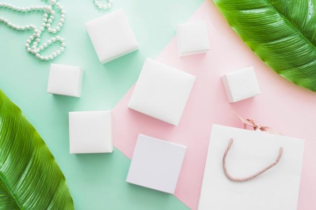 Torba Na Zakupy, Naszyjnik Z Pereł I Inny Rodzaj Białych Pudełek Na Tle Pastelowego Papieru Darmowe Zdjęcia