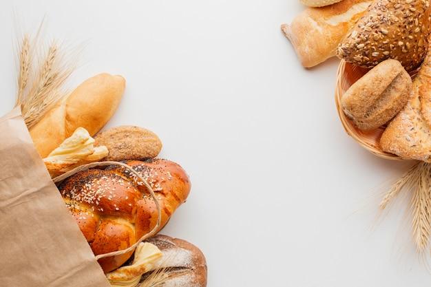 Torba papierowa z chlebem i koszem ciasta Darmowe Zdjęcia