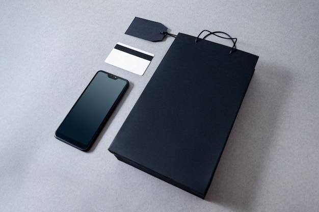 Torba Papierowa Z Widokiem Z Góry Na Kartę Kredytową I Telefon Komórkowy Premium Zdjęcia