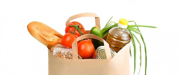 Torba Papierowa Z Zapasem żywności Na Okres Izolacji Kwarantanny Na Białym. Copyspace. Premium Zdjęcia