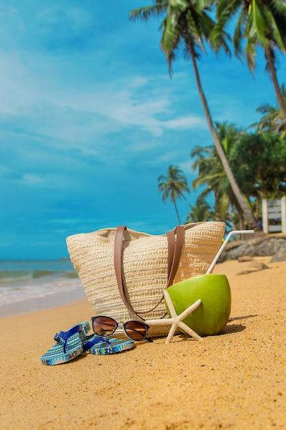 Torba Plażowa I Kokos Na Morzu. Premium Zdjęcia