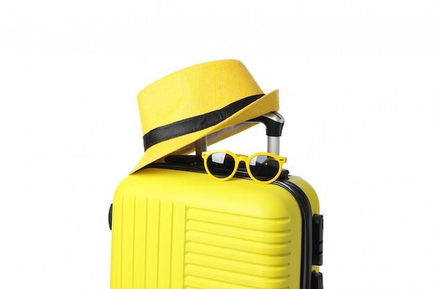 Torba Podróżna Z Okularami Przeciwsłonecznymi I Kapeluszem Na Białym Tle Premium Zdjęcia