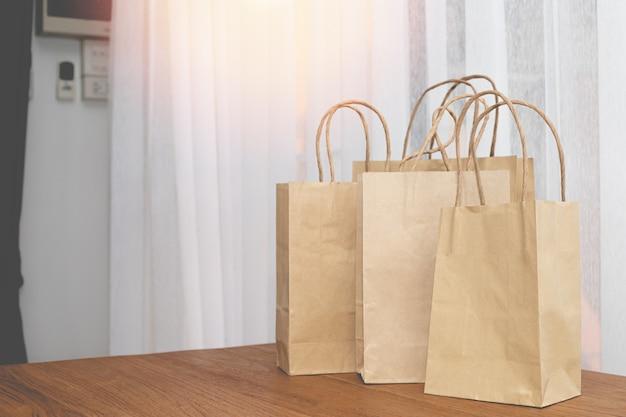 Torby Na Zakupy Papier Pakowy Na Stół Z Drewna. Premium Zdjęcia