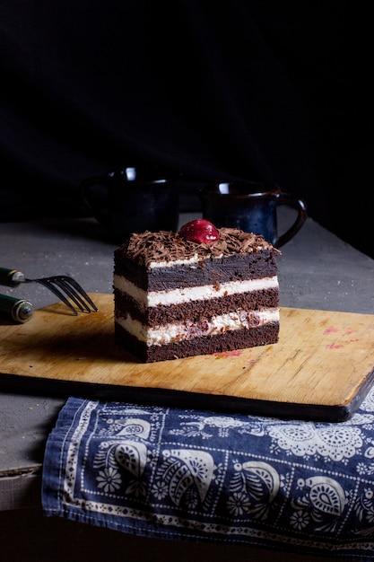Tort Czarnego Lasu Na Stole Darmowe Zdjęcia