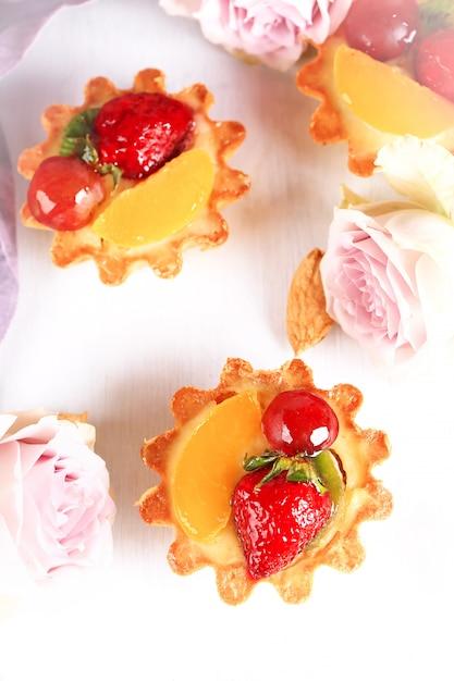 Tort Migdałowy Z Truskawkami Na Białym Tle Selektywnej Nieostrości Premium Zdjęcia