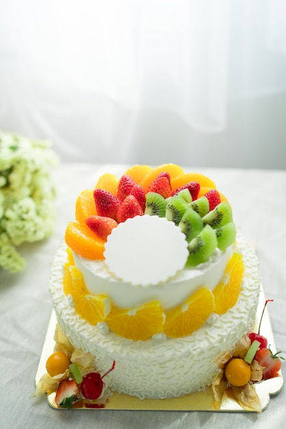Tort Weselny Ze świeżymi Owocami Zdjęcie Premium Pobieranie