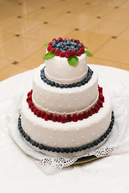 Tort weselny ze świeżymi jagodami i perłami Premium Zdjęcia
