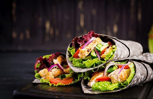 Tortilla Z Dodatkiem Atramentowego Mątwy Z Kurczakiem I Warzywami Darmowe Zdjęcia