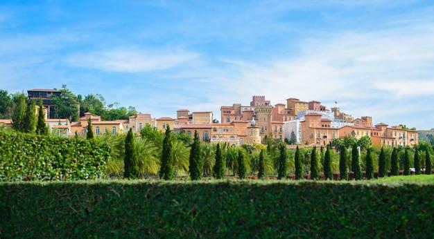 Toskania Miasto Ozdobić Wiele Drzew Na Pięknym Niebie Premium Zdjęcia