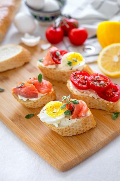 Tosty Z Chleba Z Mozzarellą, Jajkami I Pomidorami Premium Zdjęcia