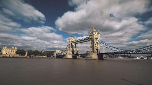 Tower Bridge Nad Tamizą Z łodzi żaglowych Premium Zdjęcia