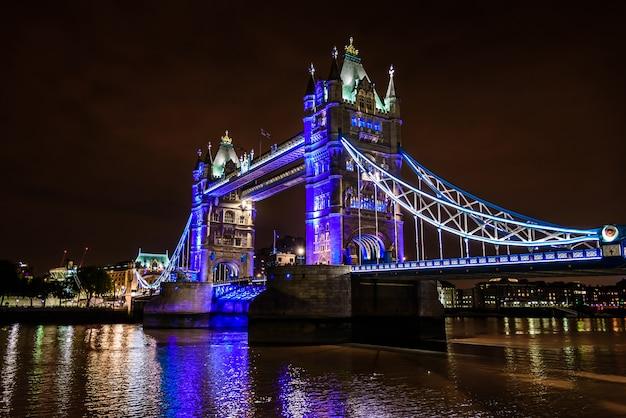 Tower bridge w nocy nad tamizą, londyn, wielka brytania, anglia Premium Zdjęcia