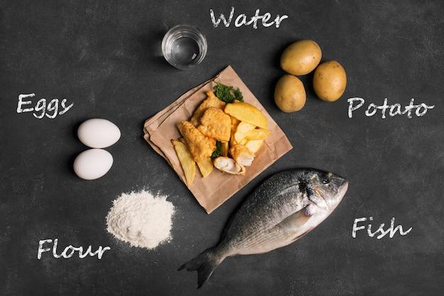 Tradycyjna brytyjska ryba z frytkami na ciemnej powierzchni Premium Zdjęcia