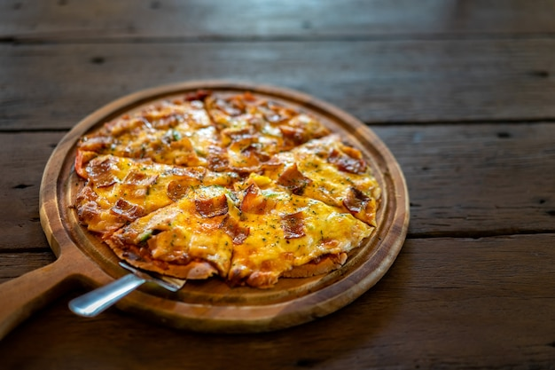 Tradycyjna Domowa Pizza W Restauracji. Zdrowe Włoskie Jedzenie. Premium Zdjęcia