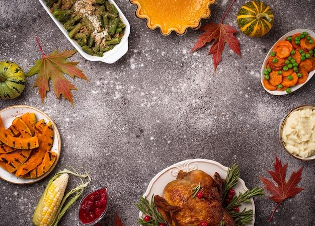Tradycyjna Kolacja W święto Dziękczynienia. Pieczony Indyk, Ciasto Dyniowe, Zapiekanka Z Zielonej Fasolki I Puree Ziemniaczane Premium Zdjęcia