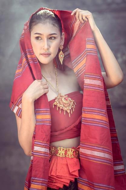 Tradycyjna Sukienka Damska Spacerująca Po Zamku Khmerów. Premium Zdjęcia