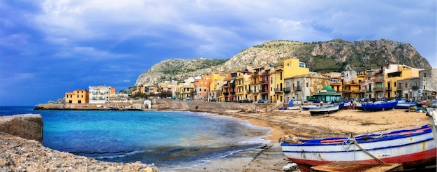 Tradycyjna Wioska Rybacka Aspra Na Wyspie Sycylia, Włochy Premium Zdjęcia