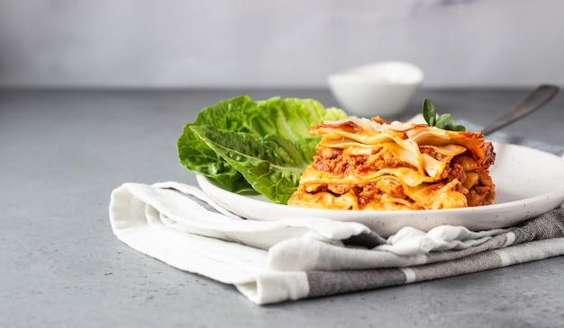 Tradycyjna Włoska Lasagne Z Mięsem Mielonym, Pomidorem I Serem Premium Zdjęcia
