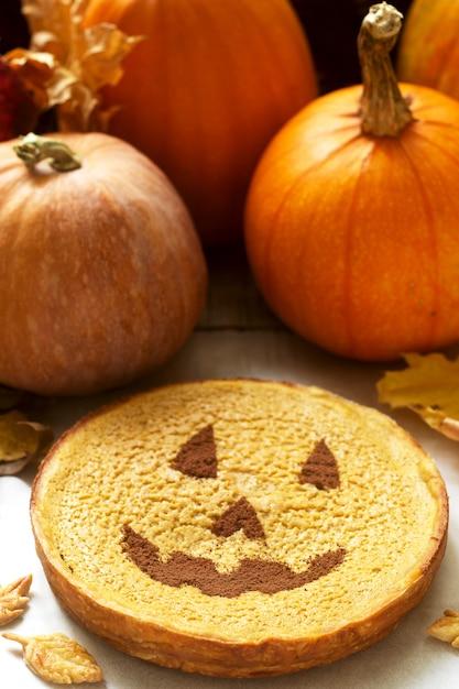 Tradycyjne Amerykańskie Domowe Ciasto Z Dyni Ozdobione Kakao, Dyniami I Jesiennymi Liśćmi. Premium Zdjęcia