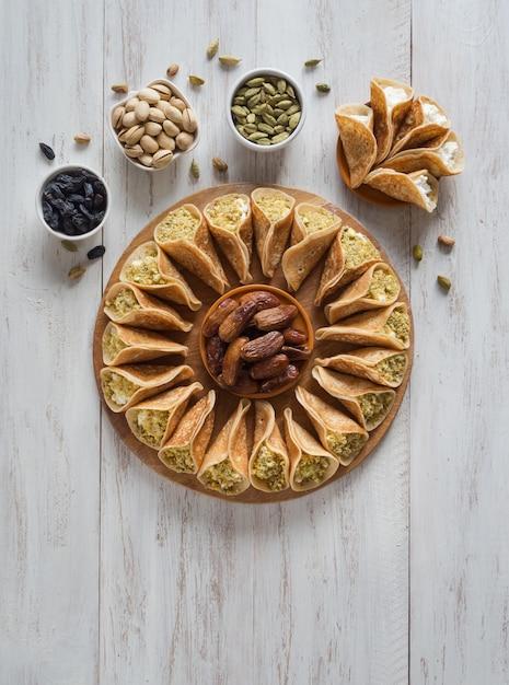 Tradycyjne Arabskie Naleśniki Nadziewane Kremem, Przygotowane Na Iftar W Ramadanie. Premium Zdjęcia