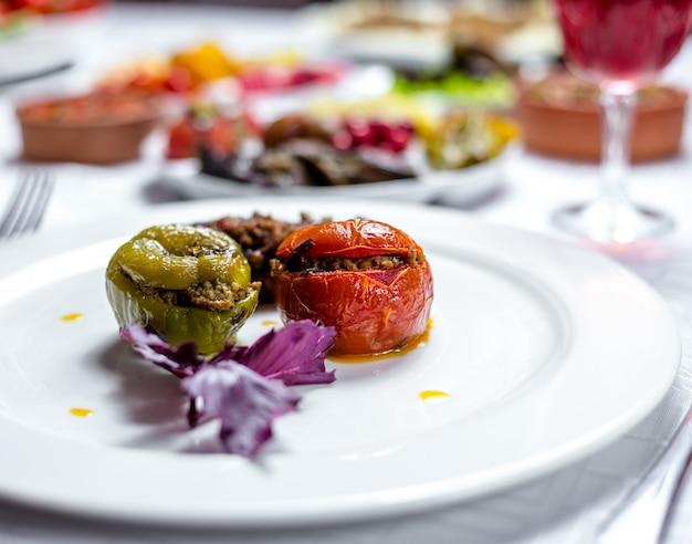 Tradycyjne Danie Trzy Siostry Dolma Papryka Pomidor I Bakłażan Wypełnione Widokiem Z Boku Mięso Mielone Darmowe Zdjęcia