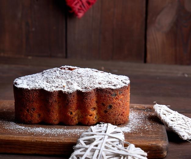 Tradycyjne europejskie ciasto stollen z orzechami i owocami kandyzowanymi Premium Zdjęcia