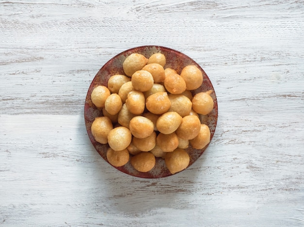 Tradycyjne Greckie Słodycze Loukoumades Z Ciasta Z Syropem Miodowym Premium Zdjęcia