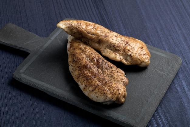 Tradycyjne hiszpańskie danie tapas. kurczak z grilla, widok z góry. copyspace Premium Zdjęcia