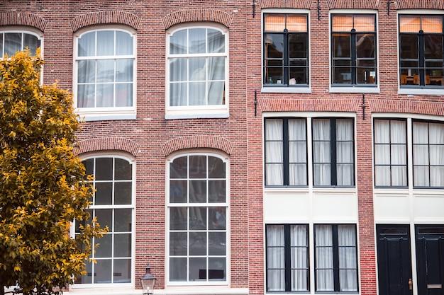 Tradycyjne Holenderskie średniowieczne Domy W Stolicy Amsterdamu W Holandii Premium Zdjęcia