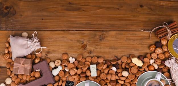 Tradycyjne holenderskie wakacje dla dzieci z sinterklaas. ferie zimowe w europie i holandii. z pepernotenami i tradycyjnymi słodyczami. formularz do pisania tekstu. tło Premium Zdjęcia