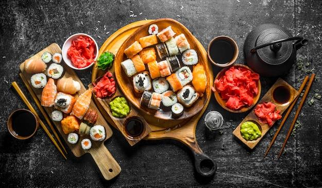Tradycyjne Japońskie Rolki Sushi Na Deskach Do Krojenia. Premium Zdjęcia