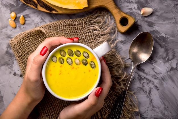 Tradycyjne jesienne danie z dyni - zupa z przyprawami i czosnkiem Premium Zdjęcia