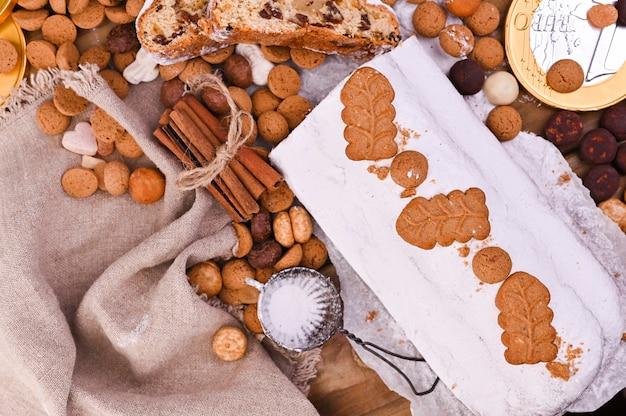 Tradycyjne niemieckie wypieki świąteczne, różne ciasteczka i czekolada Premium Zdjęcia