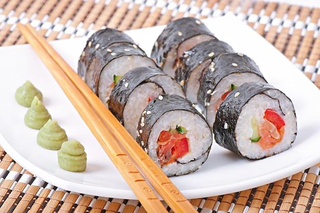 Tradycyjne świeże Japońskie Rolki Sushi Premium Zdjęcia