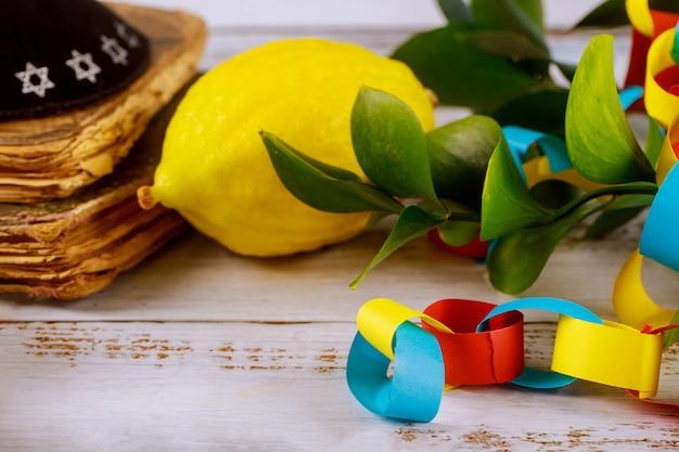 Tradycyjne Symbole żydowski Festiwal Religijny Nad Papierową Kolorową Girlandą Z łańcucha Sukkot Modlitwa Jarmułka Premium Zdjęcia