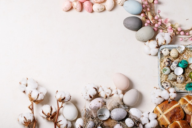 Tradycyjne Wielkanocne Bułeczki Krzyżowe Premium Zdjęcia