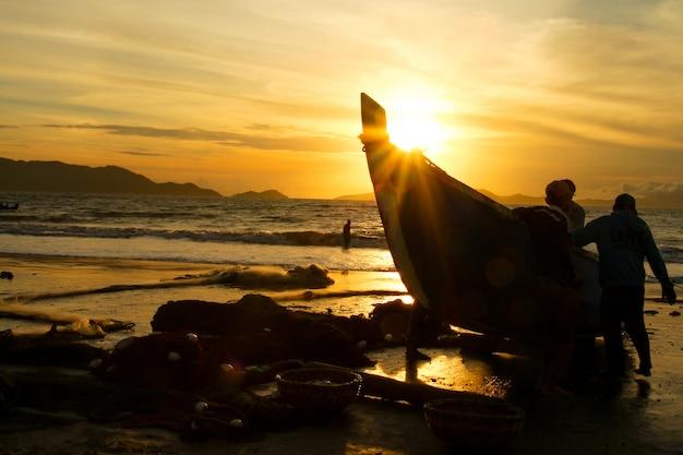 Tradycyjni Rybacy łapią Ryby W Morzu Premium Zdjęcia