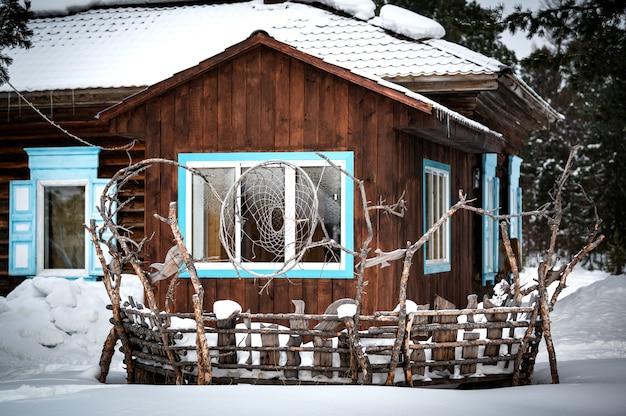 Tradycyjny Dom Syberyjski W Rezerwacie Davsha W Pobliżu Rzeki Davsha I Słynnego Jeziora Bajkał Premium Zdjęcia