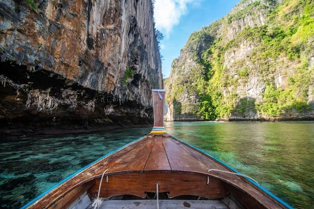 Tradycyjny Drewniany Longtail Taksówki Z Ozdobnymi Kwiatami I Wstążkami Na Plaży Maya Bay Na Stromych Wapiennych Wzgórzach. Główny Tajlandia Atrakci Turystycznej Tło, Ko Phi Phi Leh Wyspa Darmowe Zdjęcia