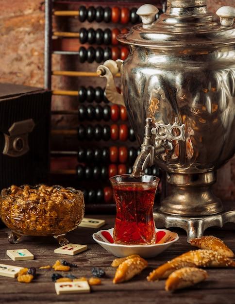 Tradycyjny Herbaciany Samowar Z Różnorodnymi Przekąskami, Słodyczami I Suszonymi Owocami. Darmowe Zdjęcia
