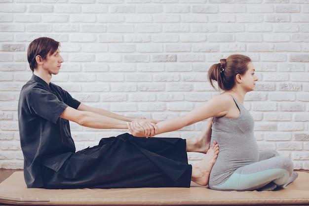 Tradycyjny Tajski Masaż Kobiety W Ciąży Premium Zdjęcia