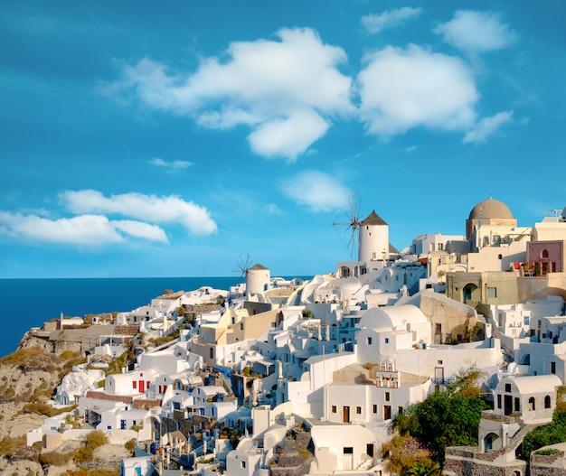 Tradycyjny Wiatrak I Apartamenty W Miejscowości Oia Na Santorini Premium Zdjęcia