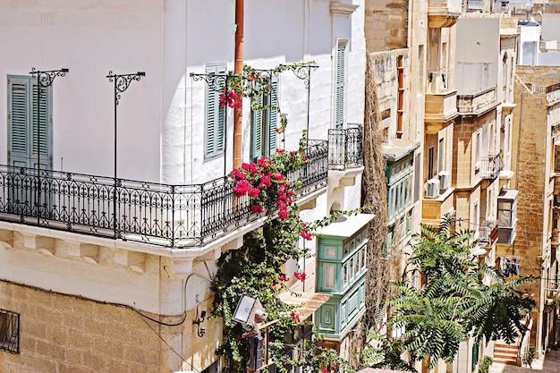 Tradycyjny Włoski Balkon Z Tralkami Z Kutego żelaza Premium Zdjęcia